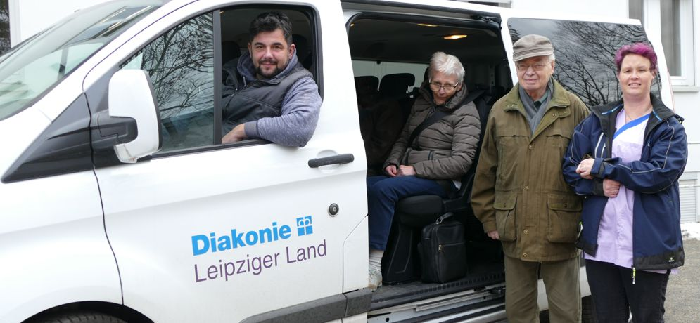 Besucher und Betreuer der Tagespflege Grimma am Bus