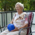 Besucherin der Tagespflege Borna hält einen Ball