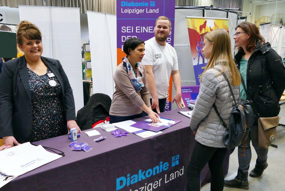 Standbetreuer und Interessierte im Gespräch bei Azubimesse
