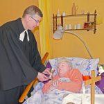 Pfarrer kommt zum Abendmahl ans Pflegebett