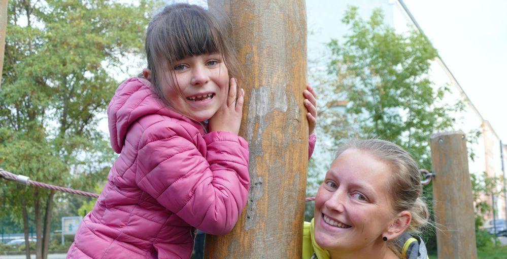 Mädchen mit Leiterin des neuen Horts Regenbogen Pegau am Spielgerät