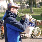 Trompeter beim Gartenkonzert im Altenpflegeheim