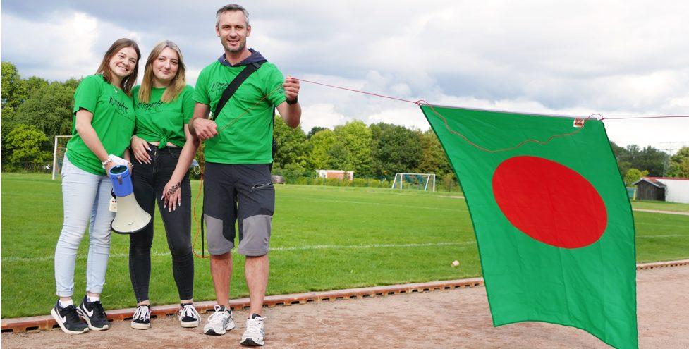 Start beim Spendenlauf für Bangladesh mit Landesflagge